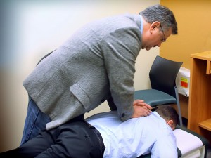 A man giving a chiropractic 'treatment'. Image: Jim Dubel Chiropractic / WikiMedia Commons